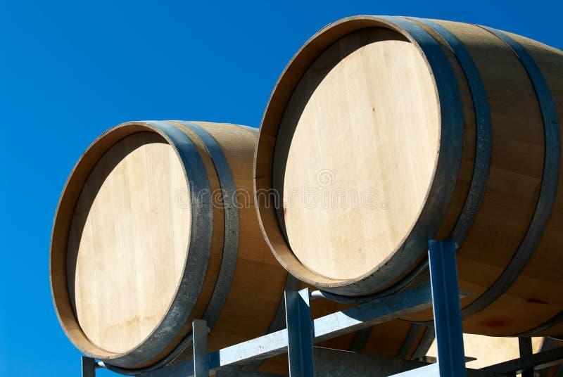 i barilotti della priorità bassa hanno isolato il vino solo della quercia immagine stock