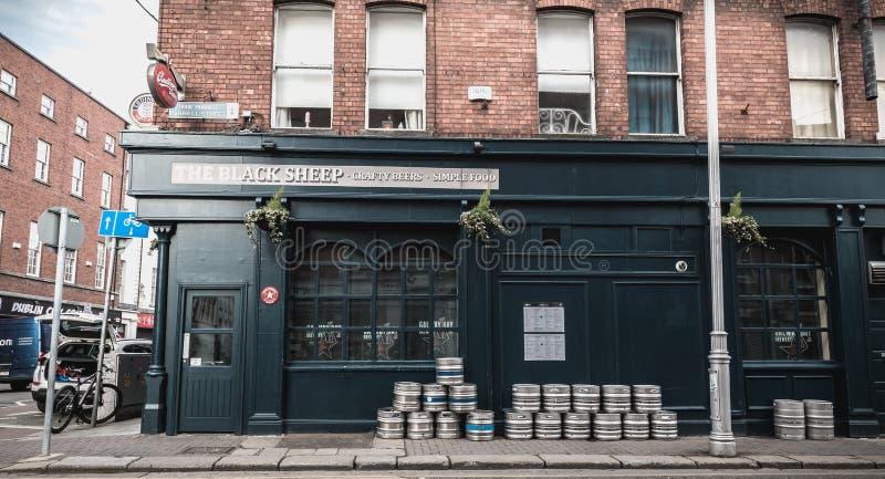 I barilotti di birra hanno accatastato su sulla via davanti ad un pub irlandese su Dublino fotografia stock