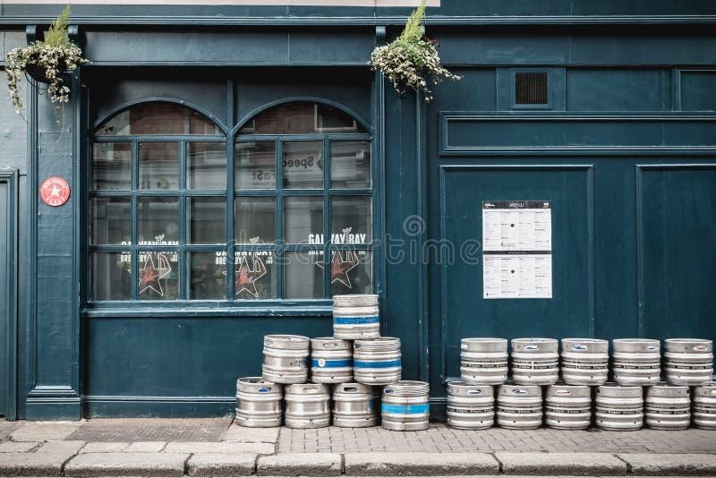 I barilotti di birra hanno accatastato su sulla via davanti ad un pub irlandese su Dublino immagini stock