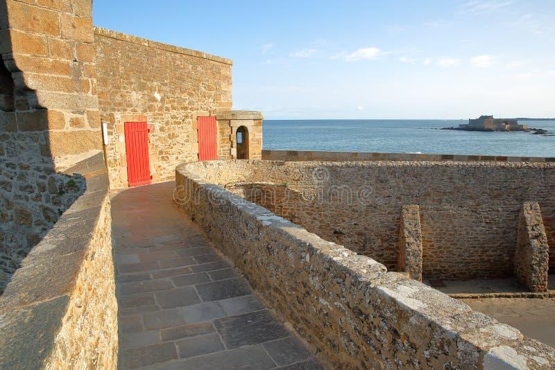 I bastioni di Saint Malo, situati intorno alla città murata di Saint Malo, con il cittadino della fortificazione nel backgrou fotografie stock libere da diritti