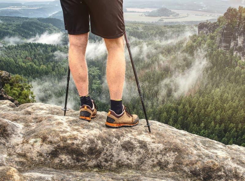 I bastoni da passeggio nordici e le gambe nude nello sport mette fotografia stock