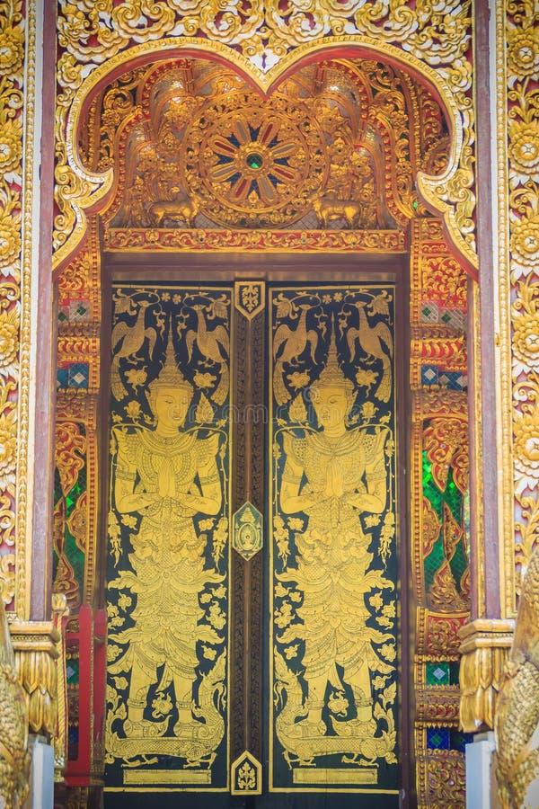 I bei angeli avuti bisogno dorati nella chiesa tailandese di stile estasiano la d immagini stock libere da diritti