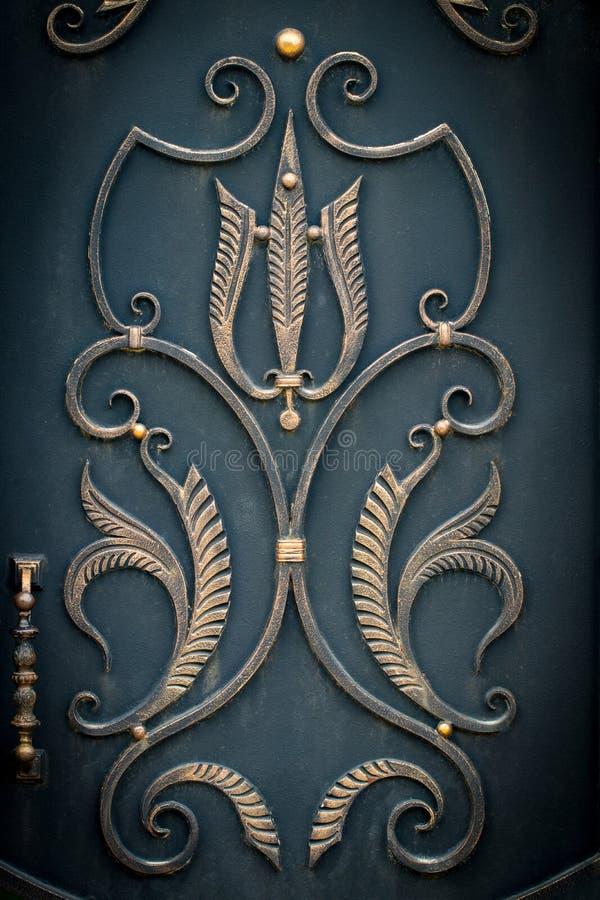 I bei elementi decorativi del metallo hanno forgiato i portoni del ferro battuto fotografia stock