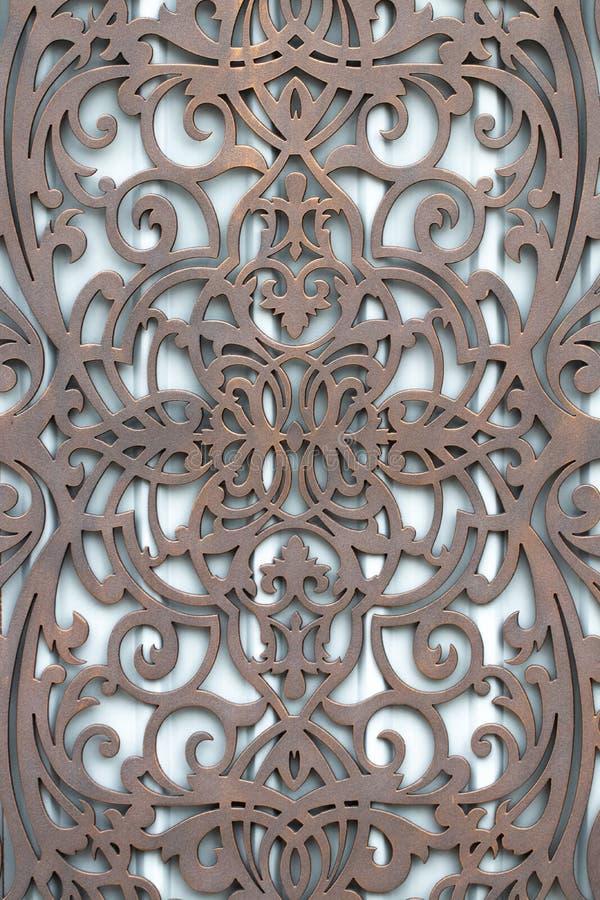 I bei elementi decorativi del metallo hanno forgiato i portoni del ferro battuto fotografie stock