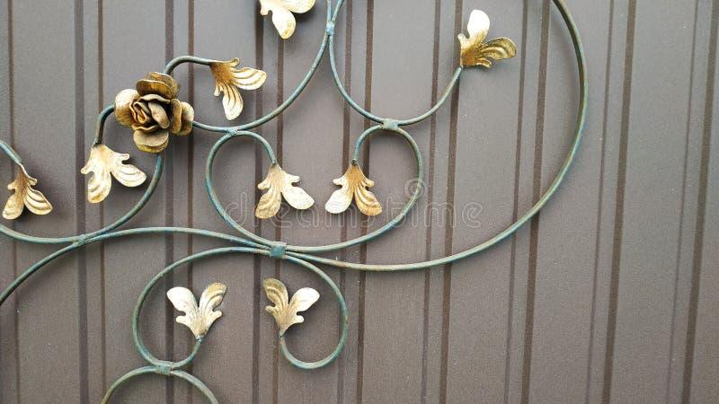 I bei elementi decorativi del metallo hanno forgiato i portoni del ferro battuto immagine stock