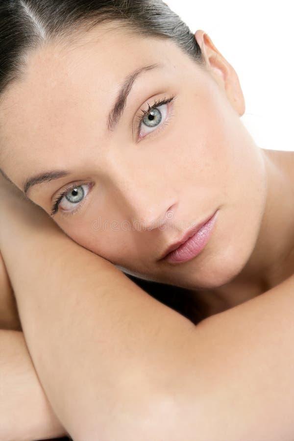 I bei occhi azzurri perfezionano il ritratto pulito della donna immagini stock