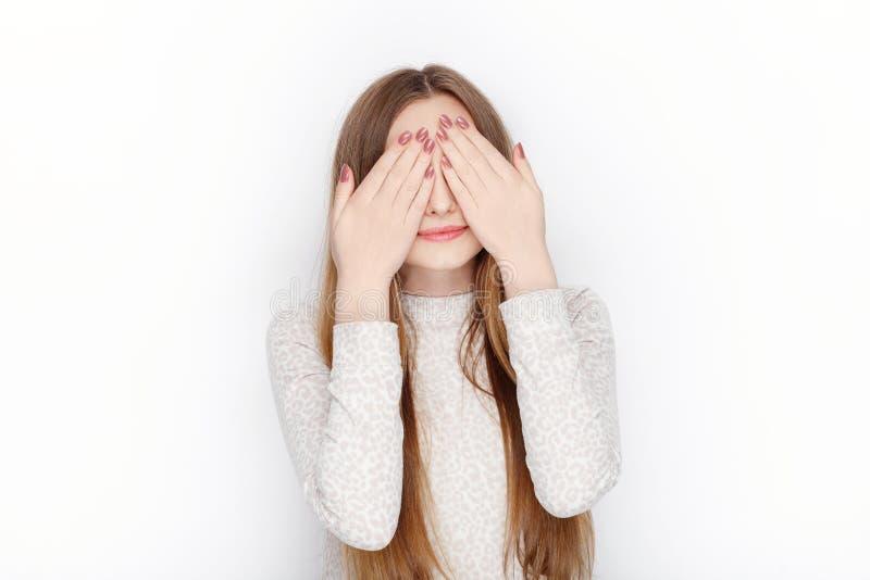 I bei pigiami di modello femminili biondi emozionali di usura la coprono occhi La comunicazione modella il concetto fotografia stock libera da diritti