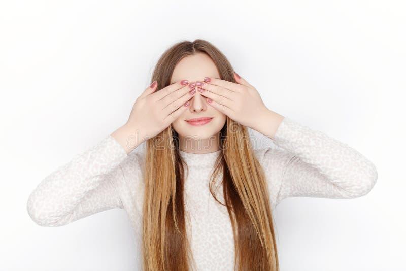 I bei pigiami di modello femminili biondi emozionali di usura la coprono occhi La comunicazione modella il concetto fotografia stock