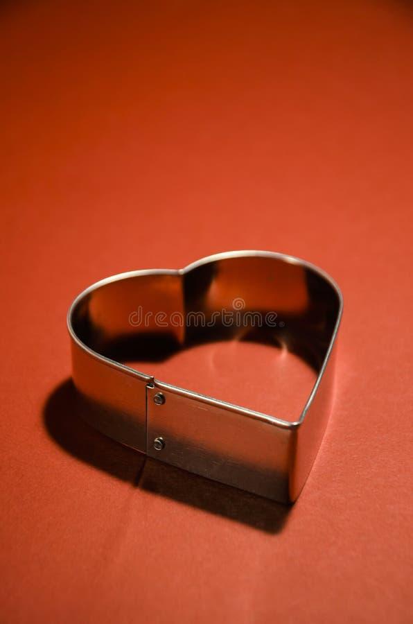I biglietti di S. Valentino cardano con forma del cuore su fondo rosso vivo fotografie stock libere da diritti