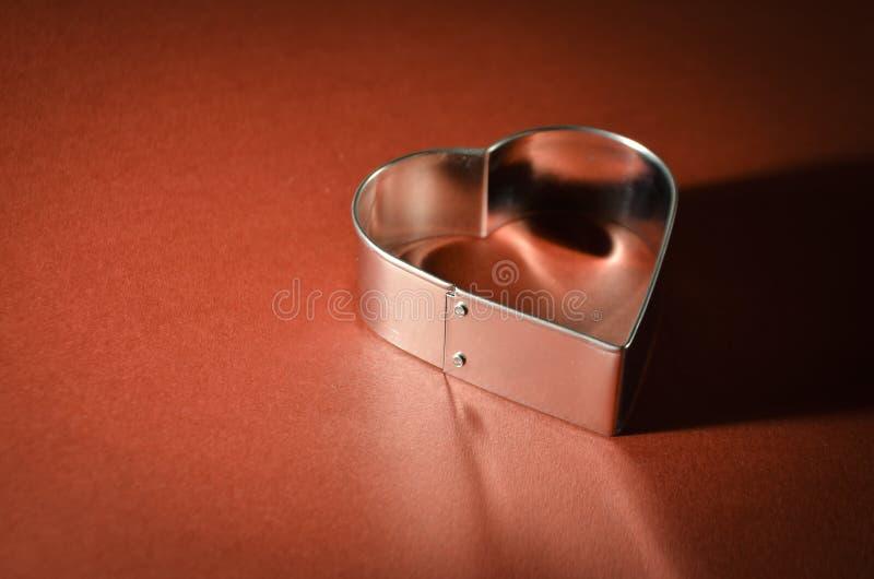 I biglietti di S. Valentino cardano con forma del cuore su fondo rosso vivo immagine stock