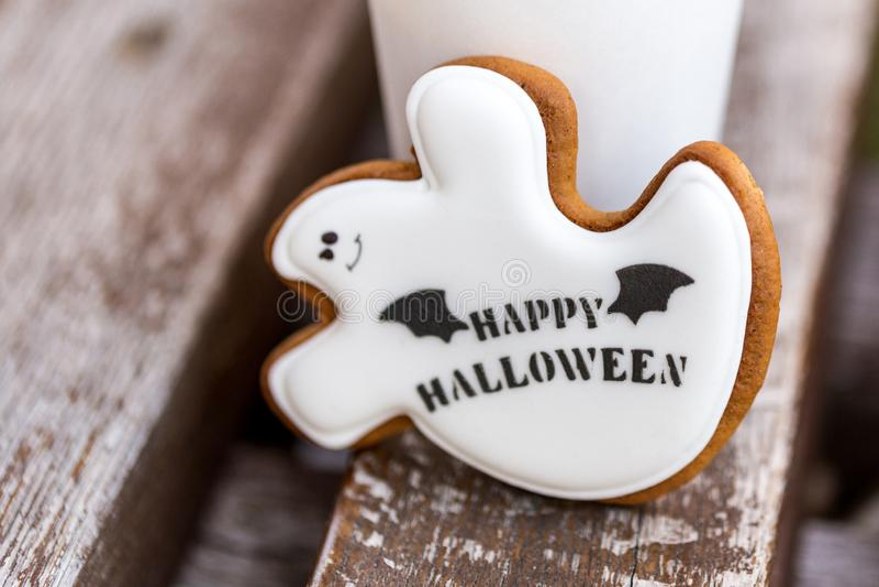 I biscotti casalinghi del pan di zenzero e del miele di Halloween come fantasma bianco con i saluti felici di Halloween mandano u fotografia stock libera da diritti