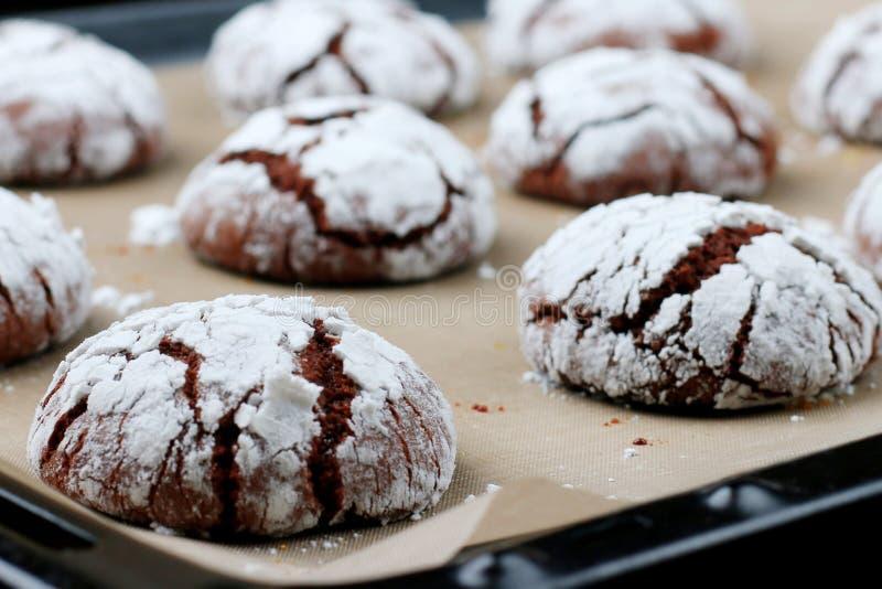 I biscotti del cioccolato con le crepe si chiudono su Concetto del dessert biscotti per natale del holidayand immagine stock libera da diritti