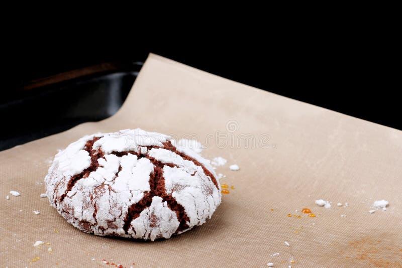 I biscotti del cioccolato con le crepe si chiudono su Concetto del dessert biscotti per natale del holidayand immagini stock libere da diritti