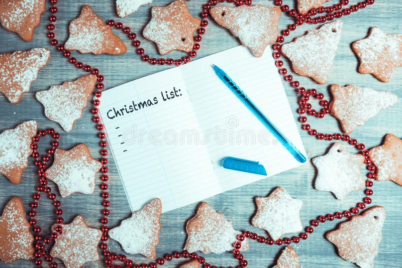 I biscotti del pan di zenzero di Natale onwooden il fondo fotografia stock libera da diritti