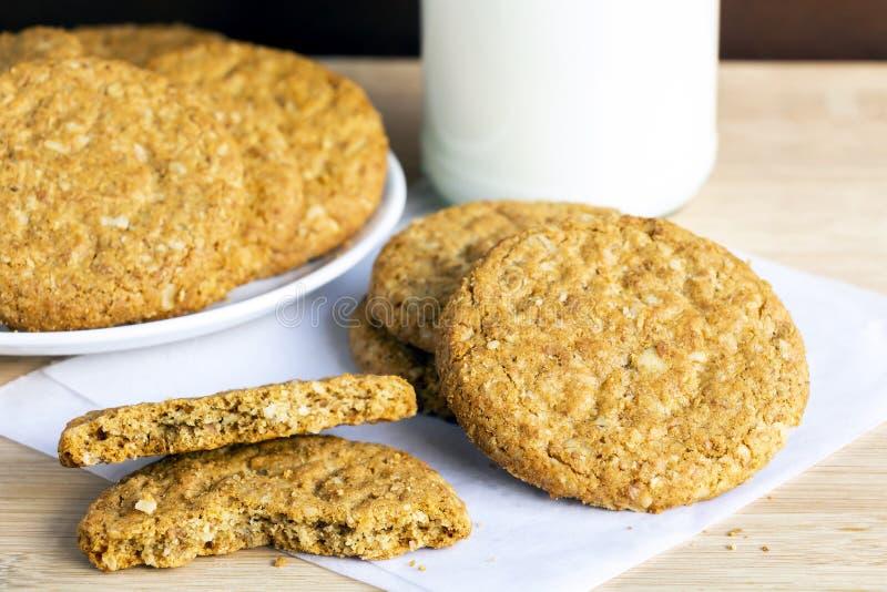 I biscotti di biscotto al burro casalinghi fatti della farina d'avena sono impilati con il gla fotografia stock libera da diritti