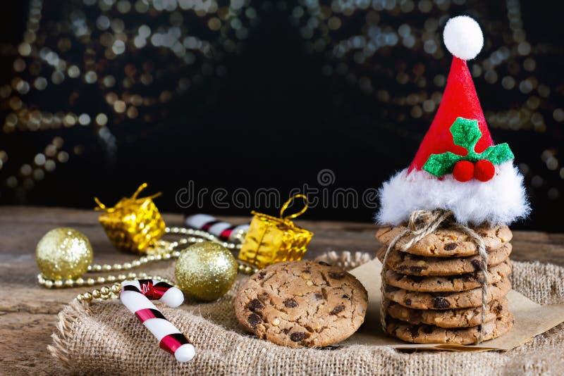 I biscotti di pepita di cioccolato hanno cotto di recente sono impilati con il cappello di Santa immagine stock libera da diritti
