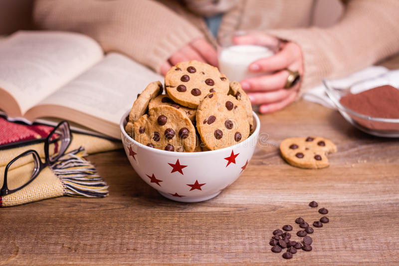 I biscotti di pepita di cioccolato sulle stelle lanciano sopra una tavola fotografia stock libera da diritti