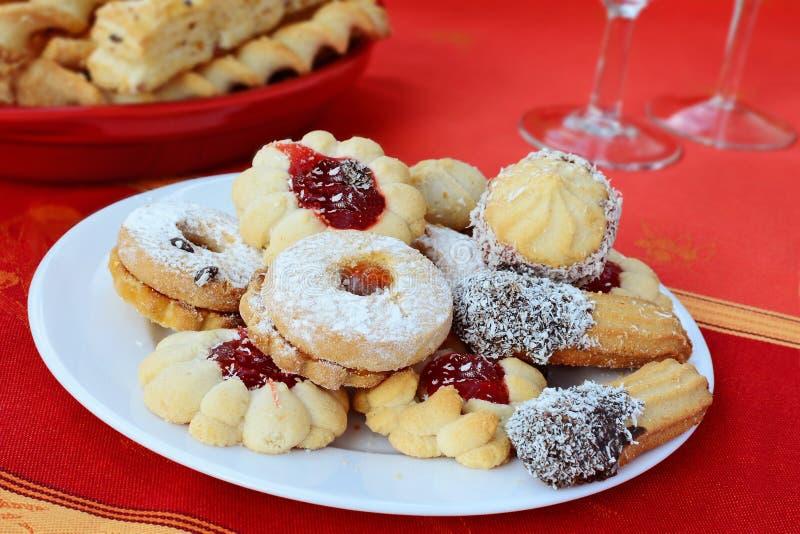 I biscotti dolci del linzer si inceppano riempito spruzzato con lo zucchero in polvere immagine stock libera da diritti