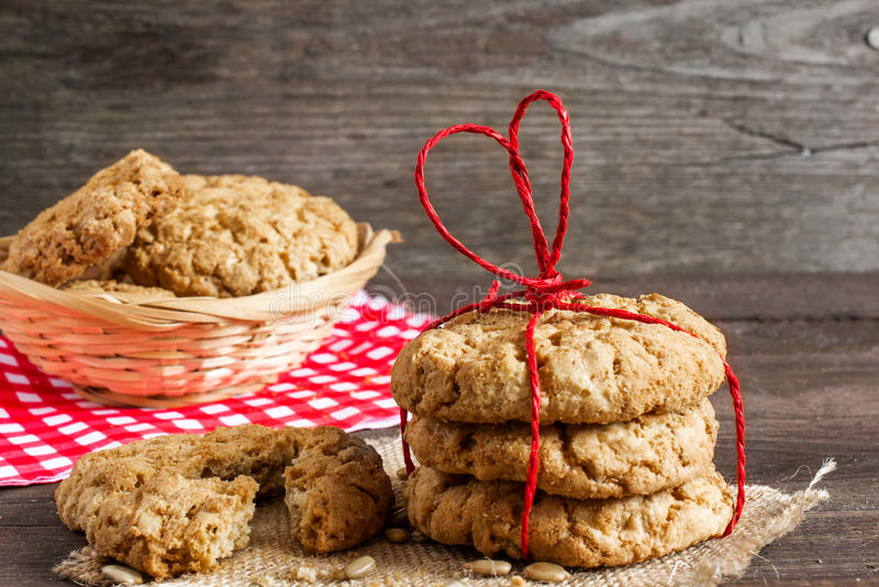 I biscotti per il giorno del ` s del biglietto di S. Valentino con cuore rosso hanno modellato il nastro fotografie stock