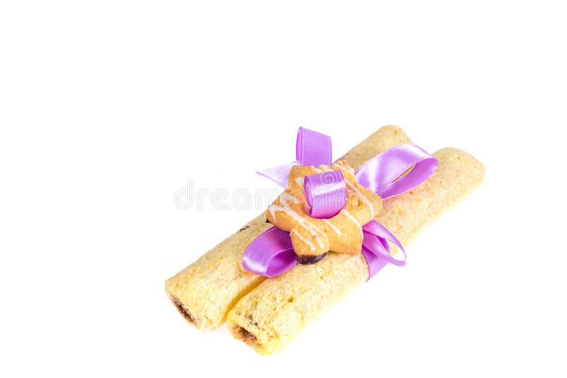 I biscotti saporiti hanno annodato il nastro porpora - un ossequio per un caro fotografia stock