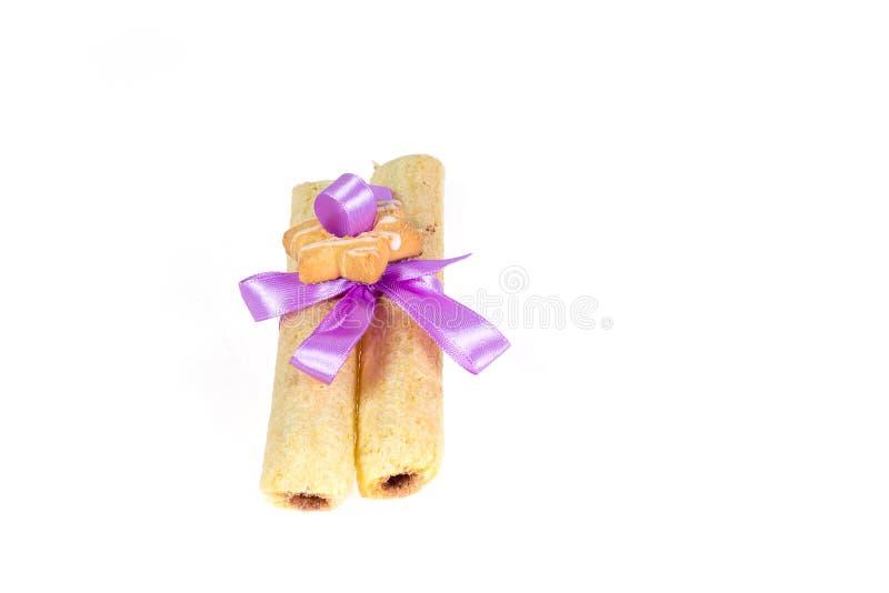 I biscotti saporiti hanno annodato il nastro porpora - un ossequio per un caro immagini stock libere da diritti