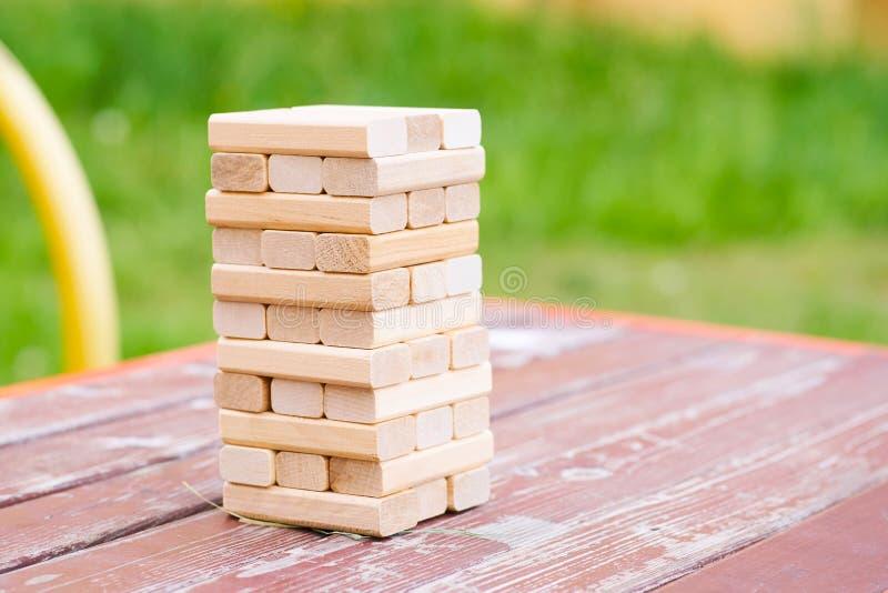 I blocchi di legno impilano il gioco sulla tavola del parco Concetto di istruzione, del rischio, dello sviluppo e della crescita  fotografia stock