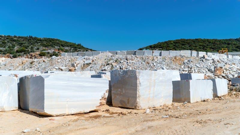 I blocchi di marmo hanno estratto da una cava nell'isola di Marmara, Balikesir, Turchia fotografia stock
