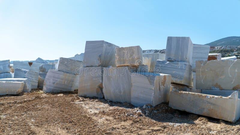 I blocchi di marmo hanno estratto da una cava nell'isola di Marmara, Balikesir, Turchia fotografie stock libere da diritti