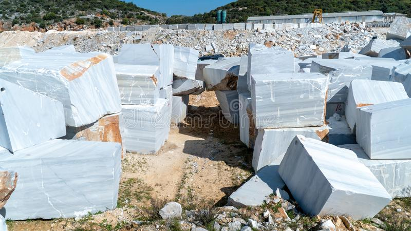I blocchi di marmo hanno estratto da una cava nell'isola di Marmara, Balikesir, Turchia fotografia stock libera da diritti