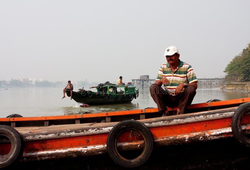 I boaters del fiume si siedono sui traghetti fotografia stock libera da diritti