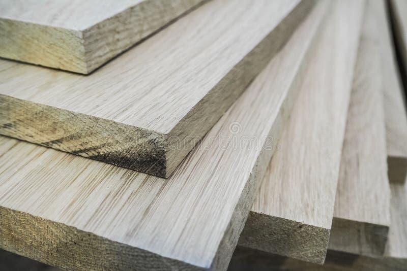 I bordi della quercia di legno sono fabbricazione della mobilia dei pacchi fotografie stock