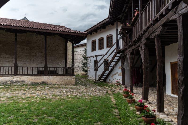 I borggård av den medeltida ortodoxa kloster av Rozhen nära Melnik fotografering för bildbyråer