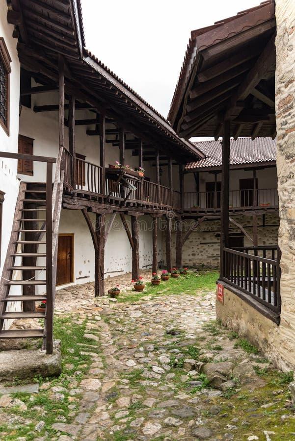 I borggård av den medeltida ortodoxa kloster av Rozhen nära Melnik arkivbilder