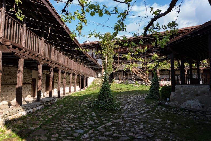 I borggård av den medeltida ortodoxa kloster av Rozhen nära Melnik royaltyfri foto