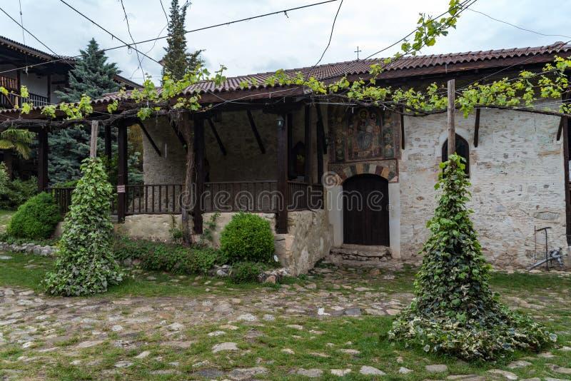 I borggård av den medeltida ortodoxa kloster av Rozhen nära Melnik royaltyfri fotografi