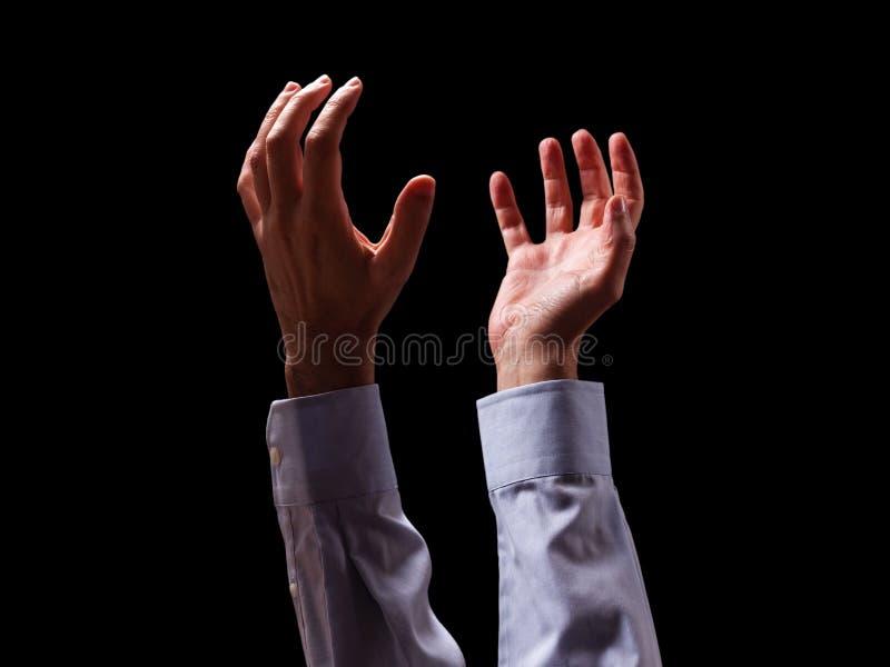 I braccia del maschio e passa alzato e steso nell'aria al dio Equipaggi pregare, elemosinando, supplicando l'implorazione o suppl immagine stock libera da diritti