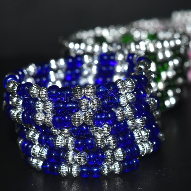 i braccialetti per uso della donna orna la foto di riserva di affari immagine stock