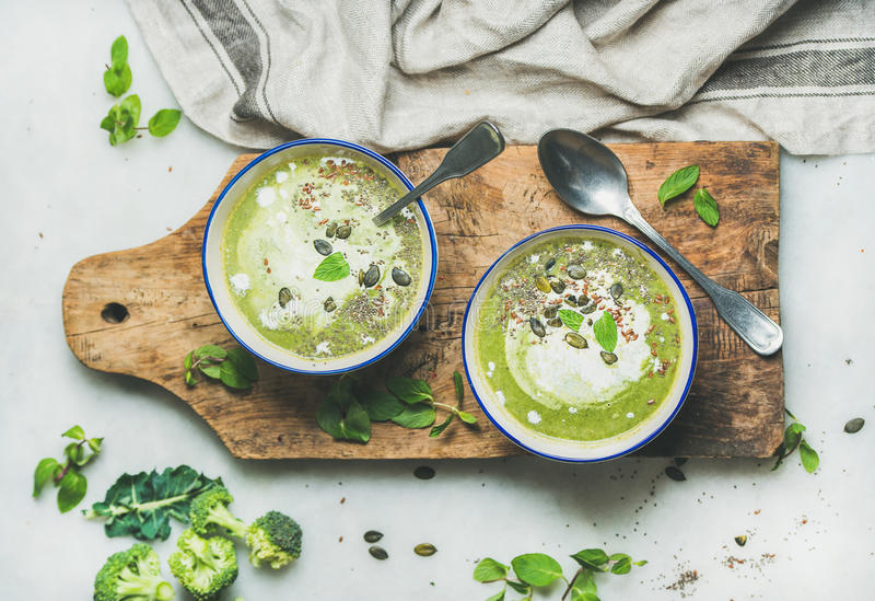 I broccoli della disintossicazione della primavera scremano la minestra con la crema della noce di cocco e della menta fotografia stock libera da diritti
