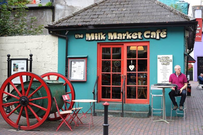 I caffè variopinti portano in turisti ed in locali assetati immagini stock