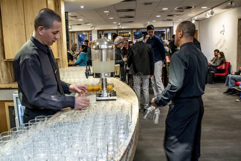I camerieri preparano i vetri con succo e acqua di cocco per servire ad un ricevimento pomeridiano immagini stock libere da diritti