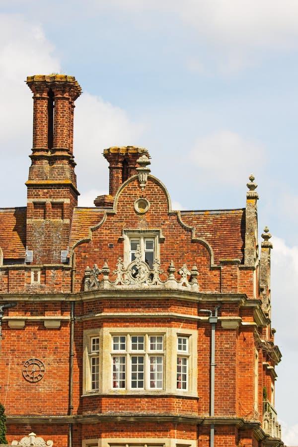 I camini ed il tetto di un edificio di Tudor, Inghilterra fotografia stock