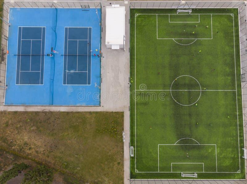 I campi blu e verdi delle corti, per il gioco, i concorsi e l'addestramento, osservano da sopra, immagine stock