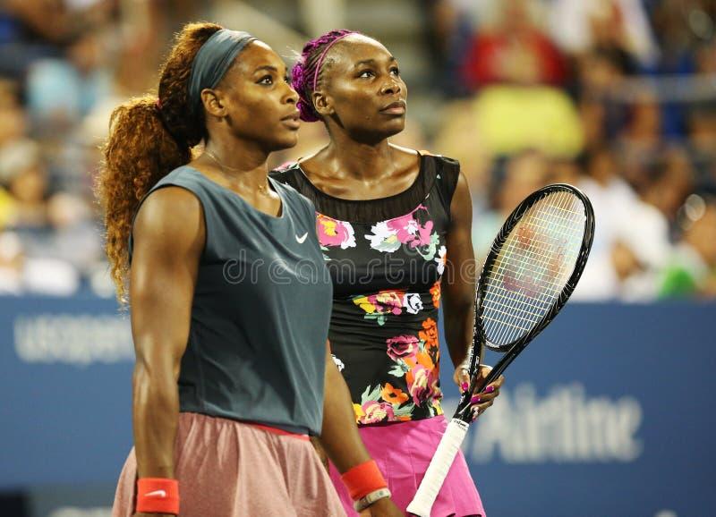 I campioni Serena Williams e Venus Williams del Grande Slam durante i loro primi doppi del giro abbinano all'US Open 2013 immagini stock