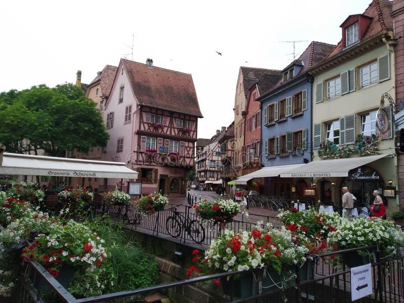 I canali di Colmar coperti di fiori e di è case nello stile renano immagine stock