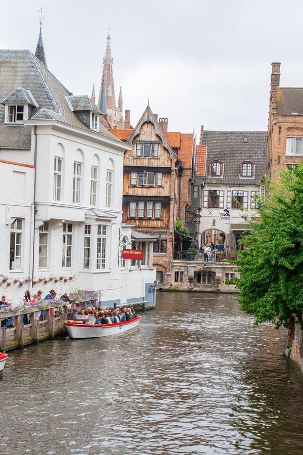 I canali e le case con mattoni a vista di Bruges nel Belgio Fiandre fotografia stock libera da diritti