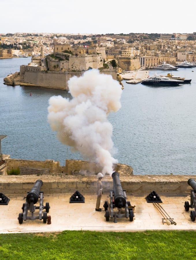 I canoni che infornano in Valletta Port immagini stock