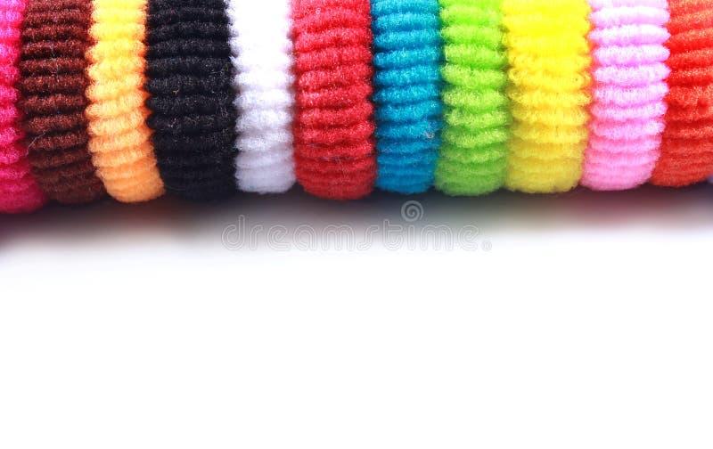 I capelli elastici variopinti legano con spazio vuoto su fondo bianco isolato immagini stock libere da diritti