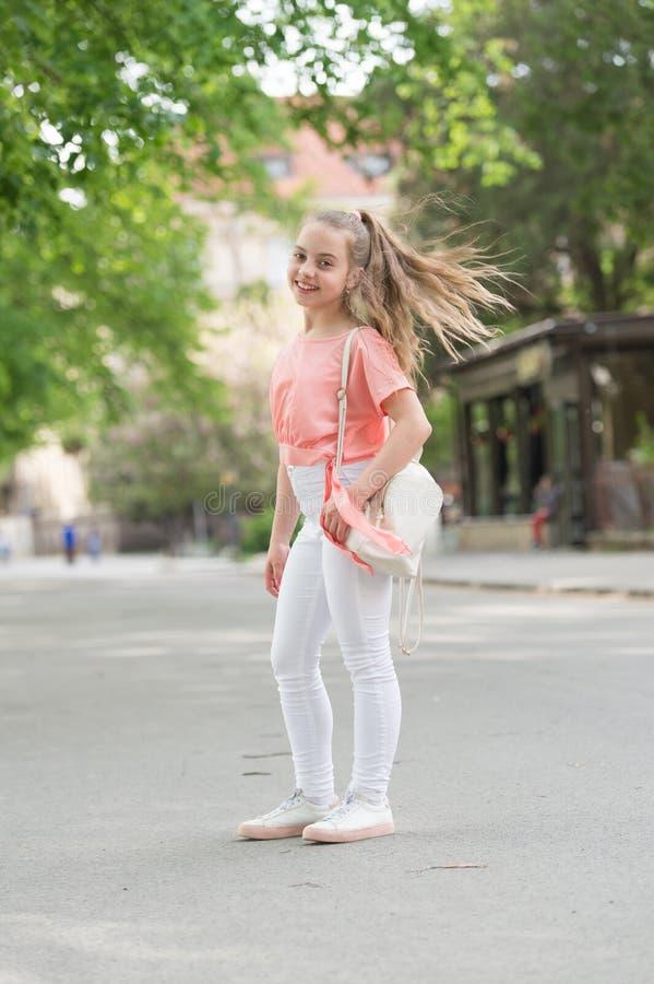I capelli lunghi del bambino godono di di camminare Vacanze estive Piccolo bambino gode della passeggiata Salute, buon umore ed e fotografie stock libere da diritti