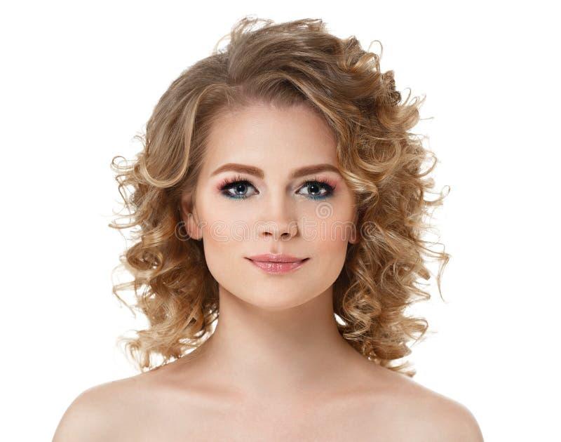 I capelli lunghi del ritratto della donna dei capelli ricci con perfetto compongono le labbra rosse su bianco immagine stock