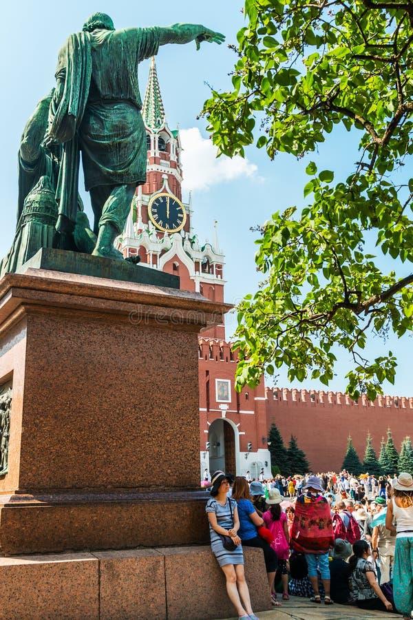 I carillon dell'orologio di Cremlino possono essere visti attraverso il monumento a Minin fotografia stock